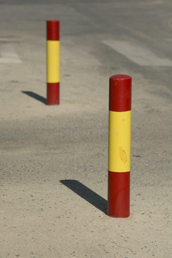 红色和黄色小条系船柱 免版税图库摄影