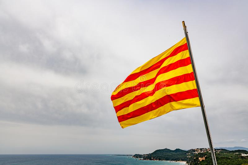红色和黄色条纹加泰罗尼亚旗子 图库摄影