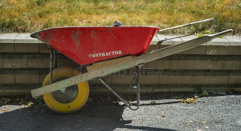 红色和黄色独轮车 库存图片