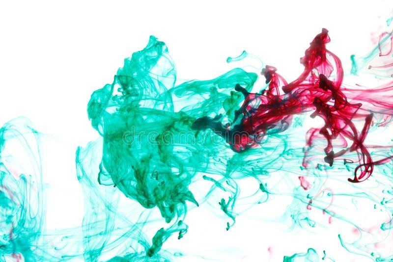 红色和绿色墨水在水中 免版税库存照片