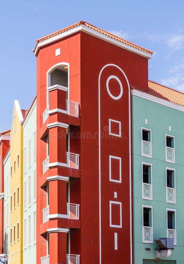 红色和绿色手段大厦在库拉索岛 免版税库存照片