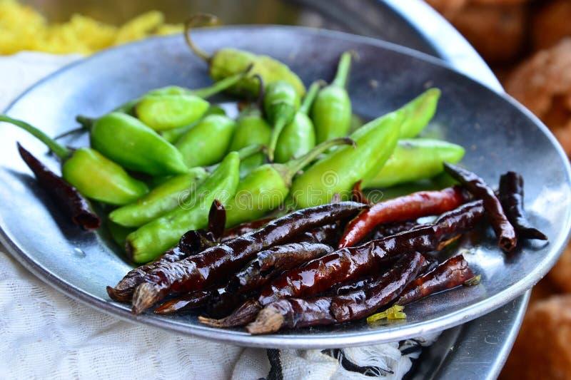 Download 红色和绿色辣椒 库存照片. 图片 包括有 沙拉, 胡椒, 烹调, 空白, 绿色, 街道, 墨西哥胡椒, 庭院 - 30330012