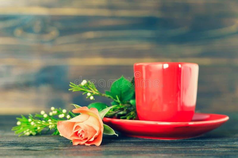 红色咖啡杯和玫瑰 图库摄影