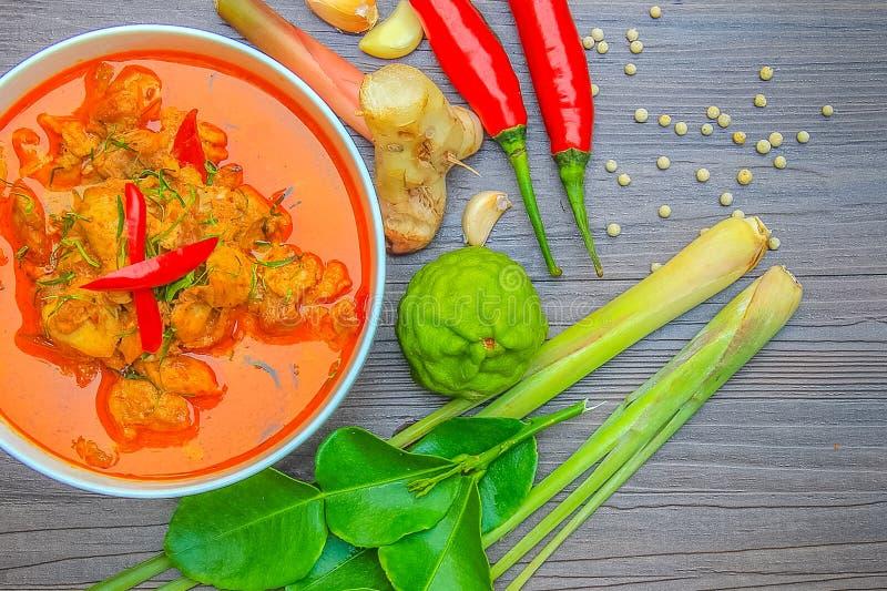 红色咖喱鸡、泰国辣食物和新鲜的草本成份 免版税图库摄影