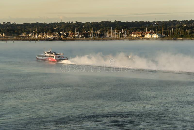 红色喷气机7离开的南安普敦在黎明 免版税库存图片