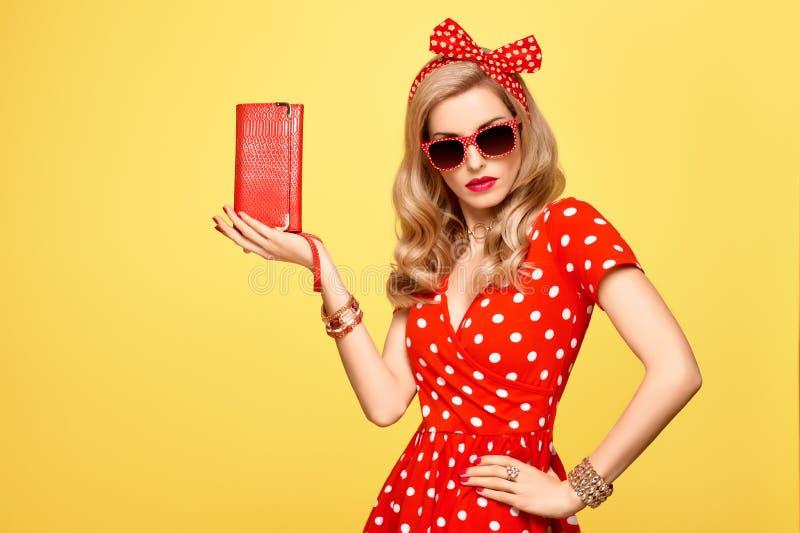 红色圆点礼服的时尚白肤金发的女孩 成套装备 免版税库存照片