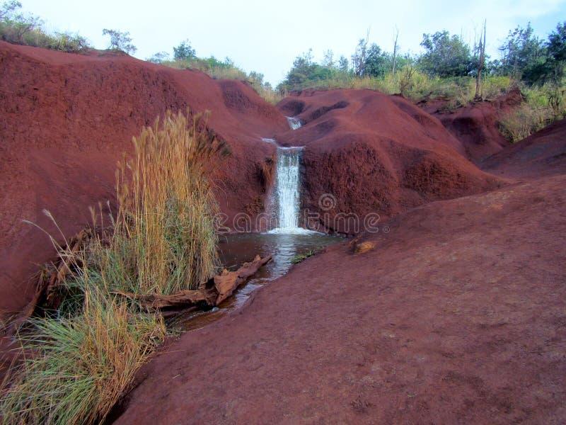 红色土谷和瀑布在Waimea峡谷 夏威夷考艾岛 库存照片