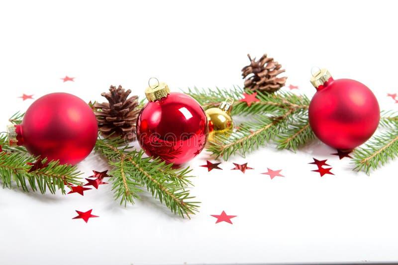 红色圣诞快乐装饰品和xmas树在白色 免版税库存图片