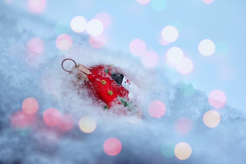 红色圣诞树装饰品在蓬松雪在 库存图片