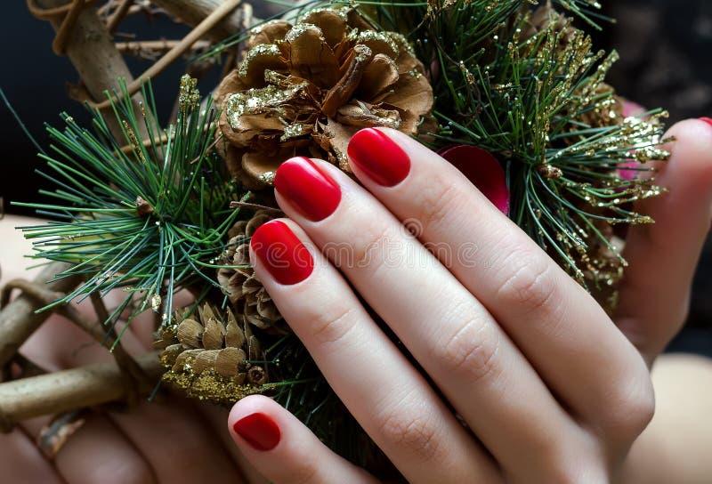 红色圣诞节修指甲 图库摄影