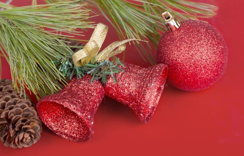 红色圣诞节球和响铃 免版税库存照片