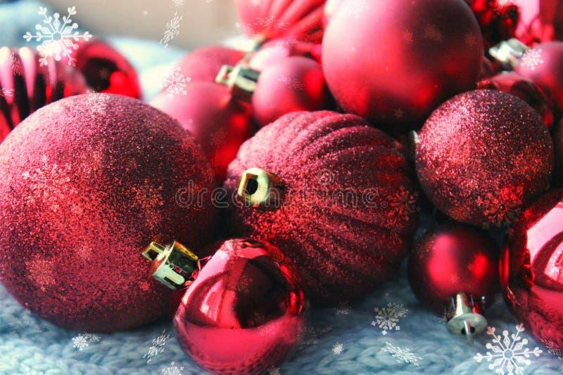红色圣诞节背景,束圣诞树关闭的球,圣诞装饰 圣诞卡片和新年,congrat 免版税图库摄影