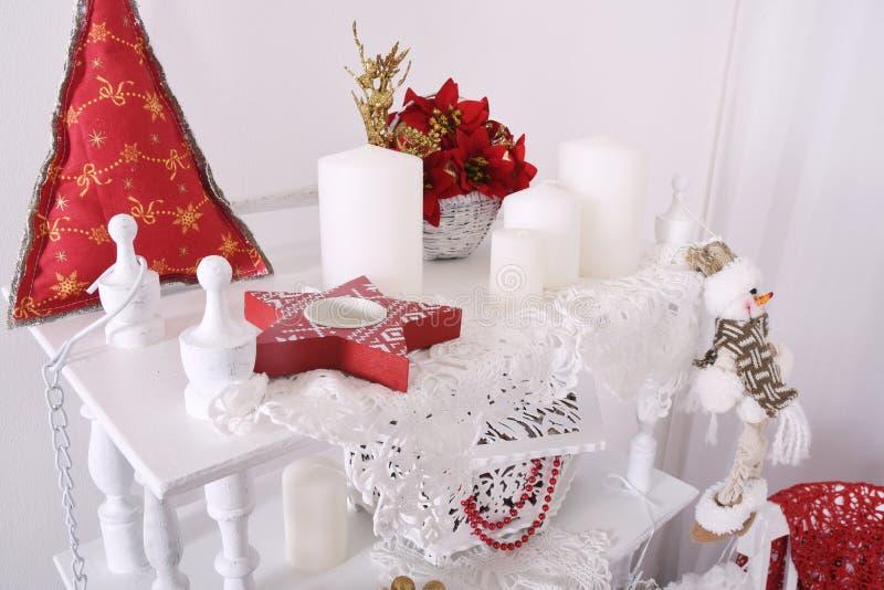 红色圣诞节装饰品,心脏和球,在xmas树在闪烁bokeh背景与闪光点燃 圣诞快乐看板卡 W 库存照片