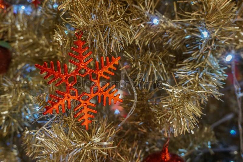 红色圣诞节雪花装饰垂悬 图库摄影