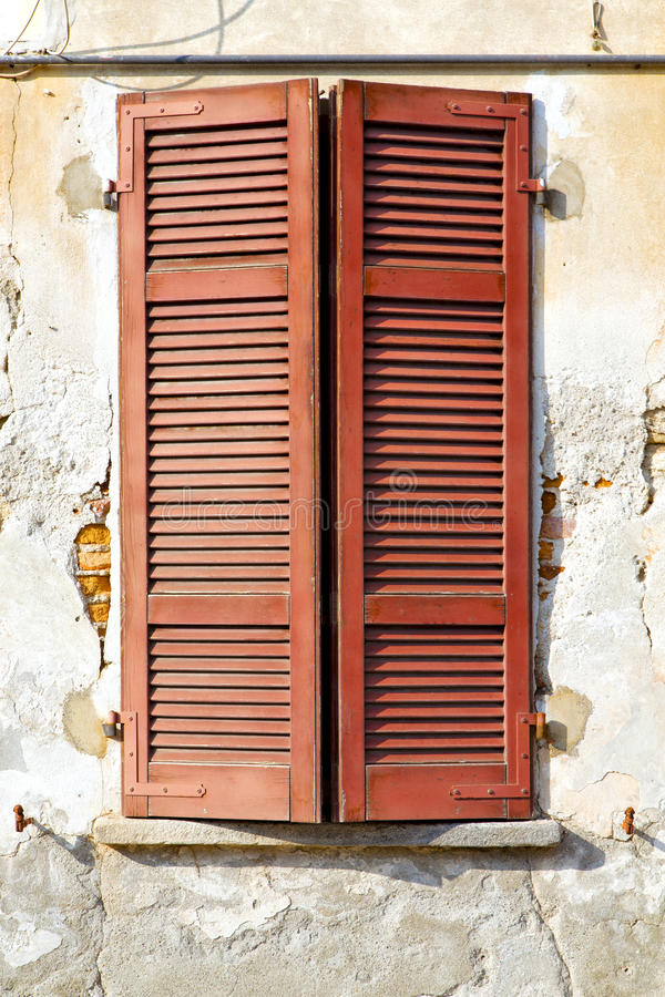 红色在具体砖的窗口varano软百叶帘 库存图片