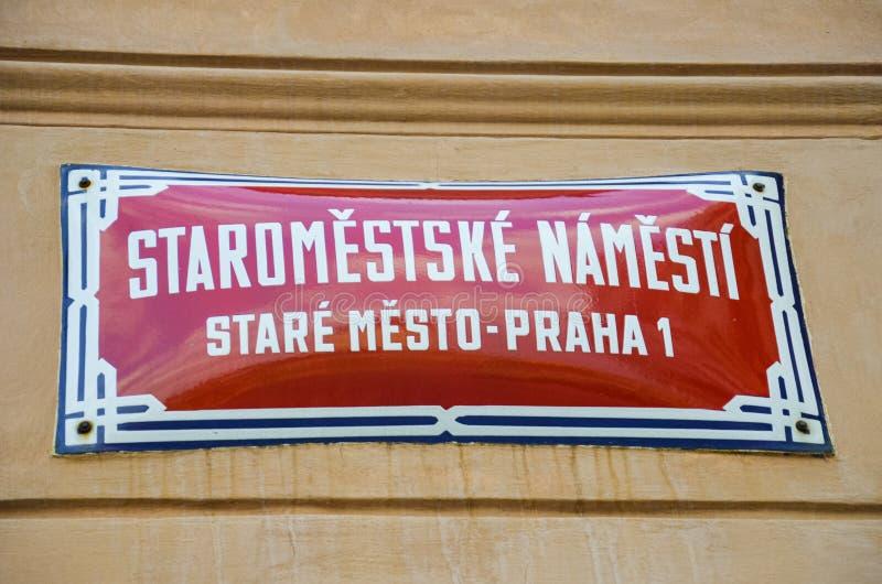 红色在布拉格,有白色文本的捷克路牌:老城广场,奥尔德敦,布拉格1 取向标志,市中心 免版税图库摄影