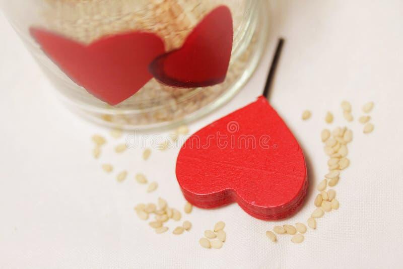红色在我的厨房木头和被绘的心脏-细节 库存照片