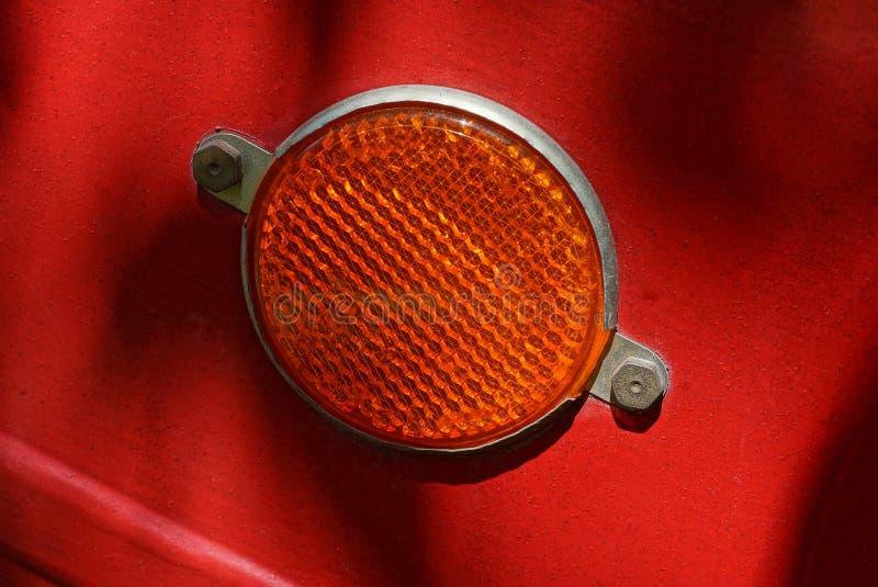 红色在拖车的金属墙壁上的回合塑料反射器 库存照片