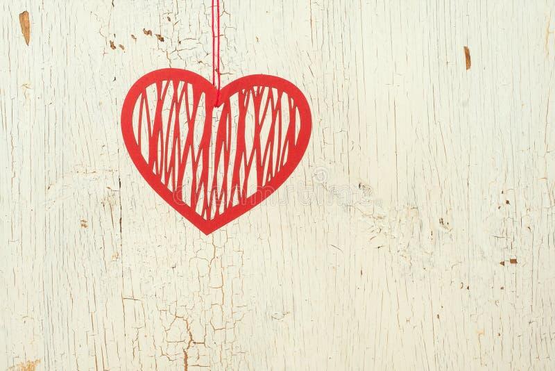 红色在老白色木头的纸心脏 库存照片
