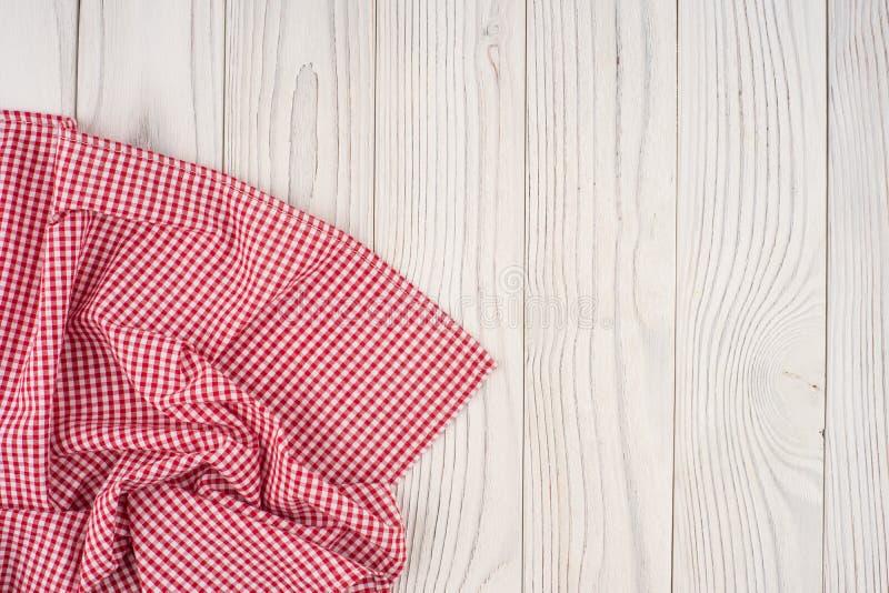 红色在被漂白的木桌的被折叠的桌布 库存照片