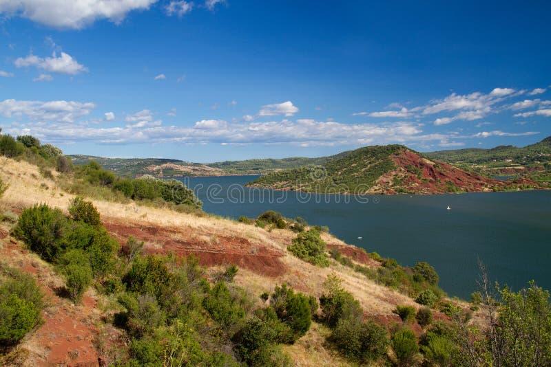 红色在Lac du Salagou附近上色了地质层数在南法国 免版税图库摄影