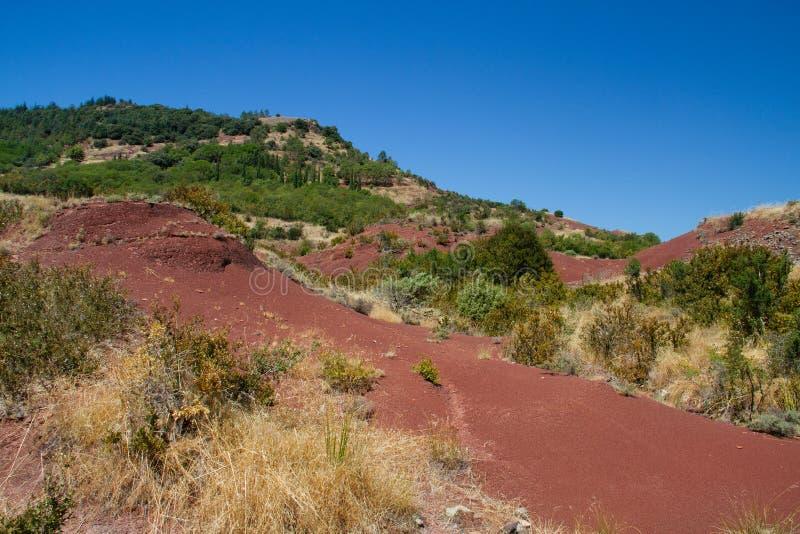 红色在Lac du Salagou附近上色了地质层数在南法国 库存图片