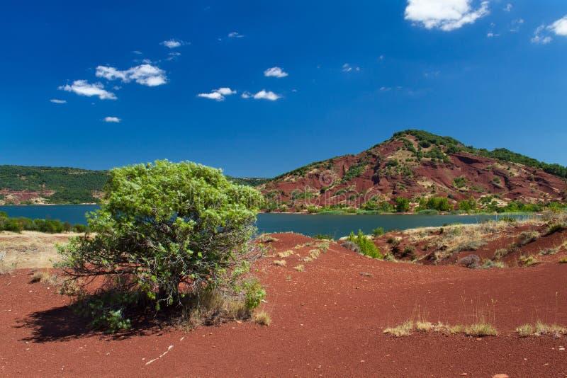 红色在Lac du Salagou附近上色了地质层数在南法国 库存照片