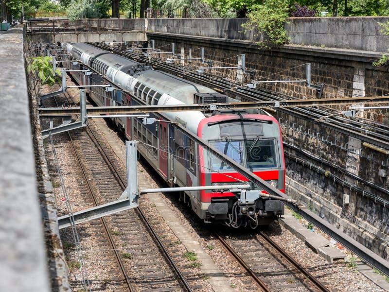 红色地铁巴黎,法国 库存照片