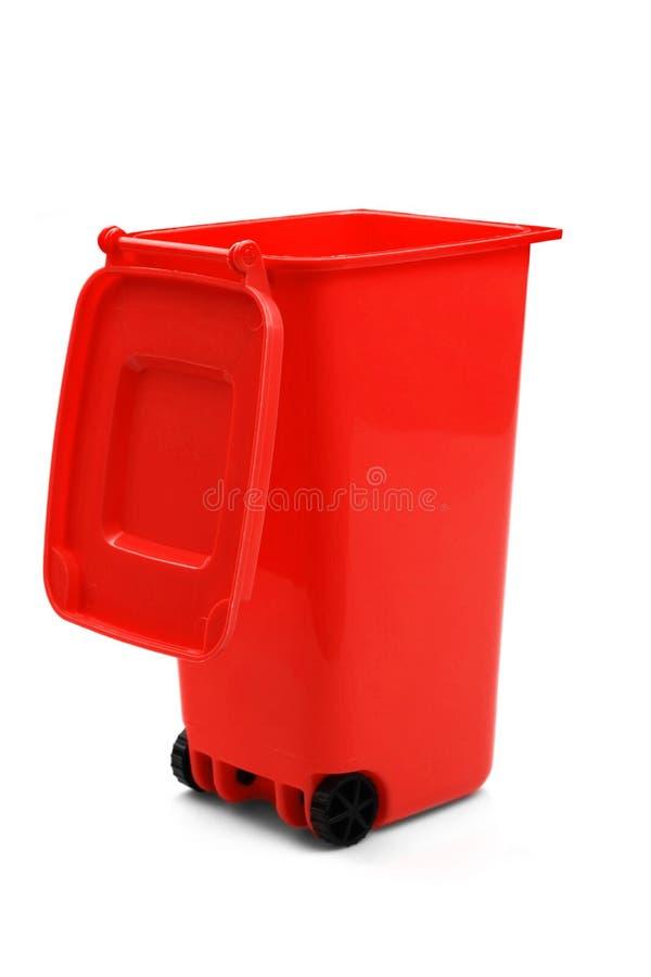 红色塑料垃圾箱或自行车前轮离地平衡特技容器,隔绝在白色 图库摄影