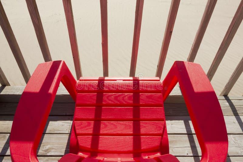 红色塑料海滩睡椅 图库摄影
