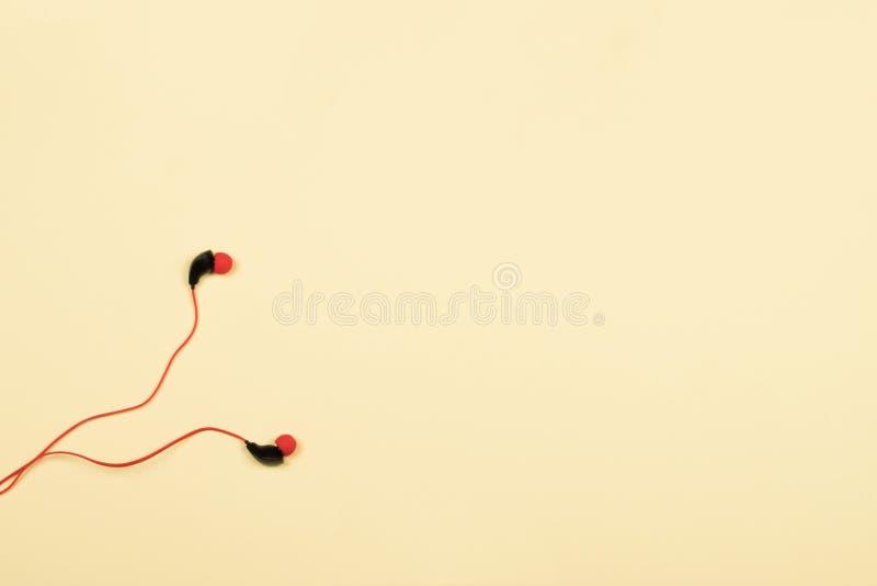 红色塑料真空耳机 免版税图库摄影