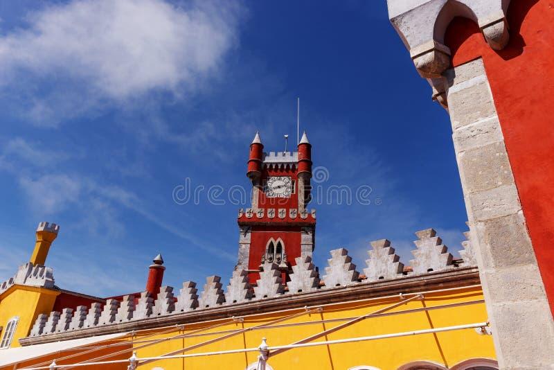 红色塔在贝纳全国宫殿& x28; 帕拉西奥Nacional da Pena& x29;-浪漫主义者宫殿在辛特拉 免版税库存照片