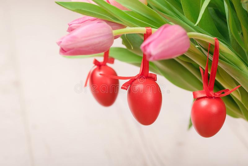 红色复活节彩蛋垂悬 图库摄影
