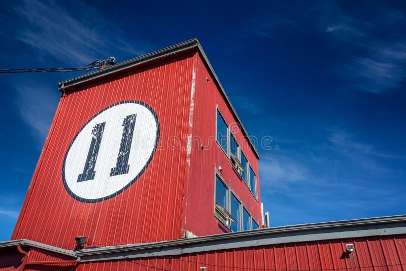 红色大厦和天空蔚蓝 免版税库存照片