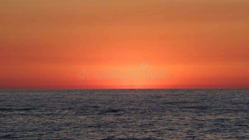 红色天空和海 免版税库存照片