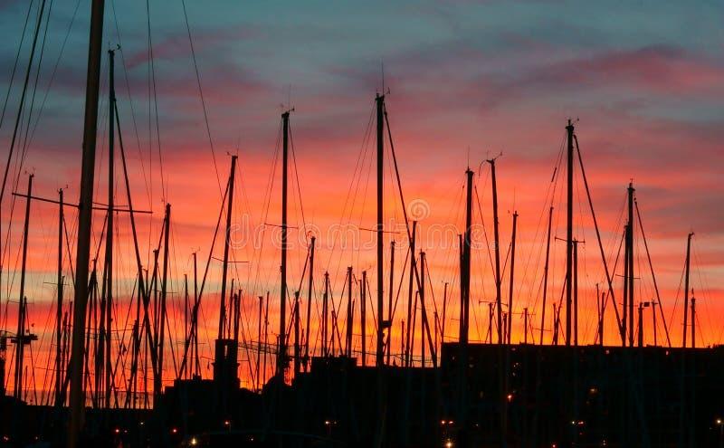 红色天空的帆柱在Vieux端口 免版税库存图片