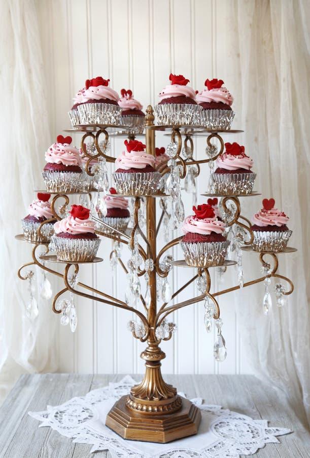 红色天鹅绒杯形蛋糕显示 库存图片