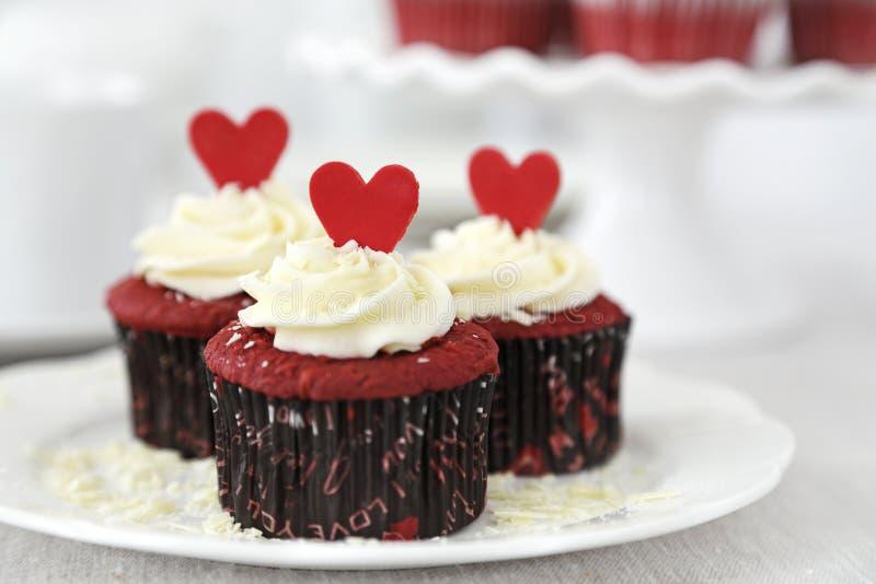 红色天鹅绒杯形蛋糕 免版税库存照片