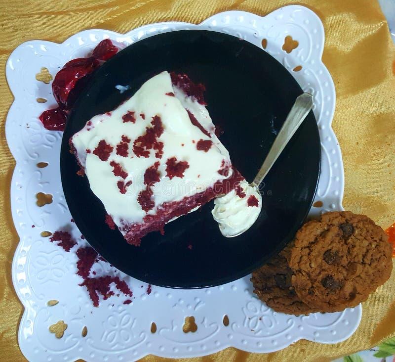 红色天鹅绒蛋糕用乳脂干酪 免版税图库摄影