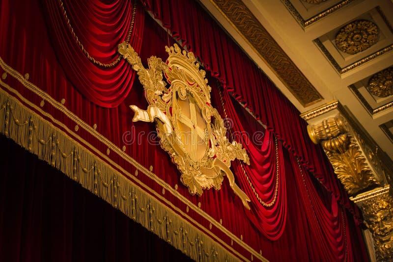红色天鹅绒场面帷幕在剧院 免版税库存图片
