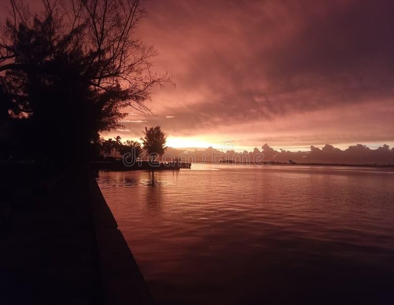 红色太阳上升 库存照片