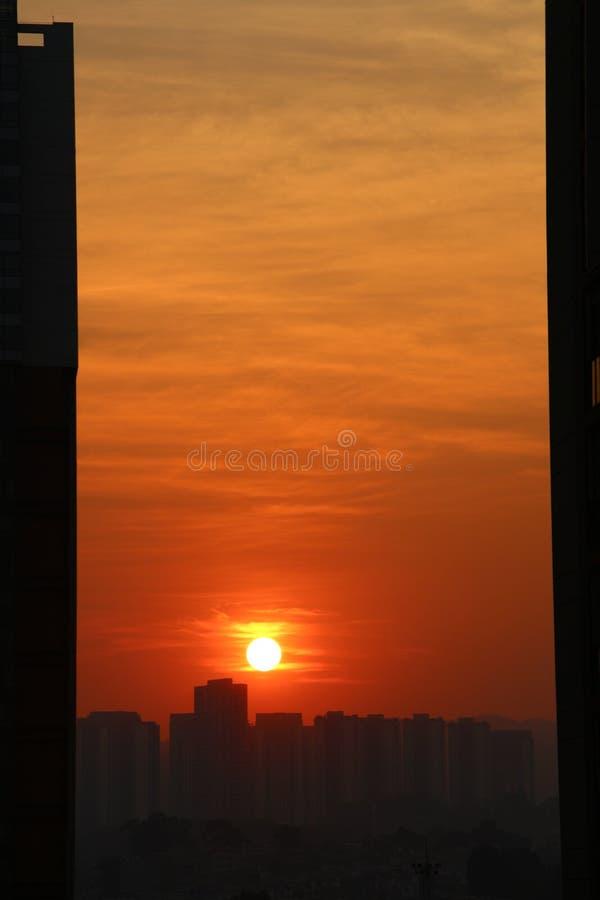 红色太阳在天空升起 库存图片