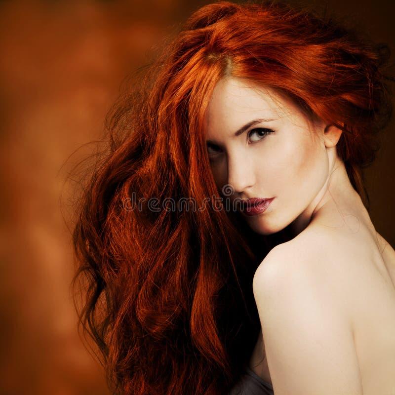 红色头发。 方式女孩纵向 图库摄影
