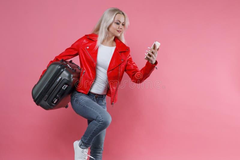 红色夹克的妇女跑到右边 女孩是晚在飞行 库存照片