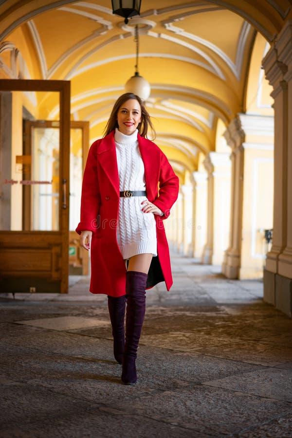 红色夹克身分的时尚妇女在街道 库存照片