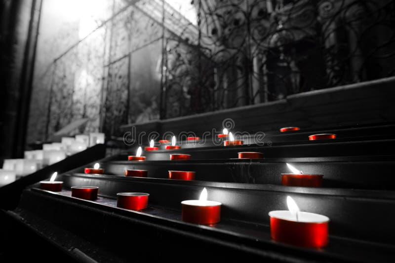 红色奉献的蜡烛黑白教会tealights有选择性的颜色 免版税库存图片