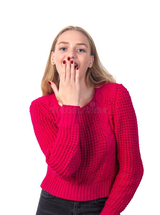 红色女衬衫的美丽的白肤金发的微笑的女孩表达触目惊心 免版税库存图片