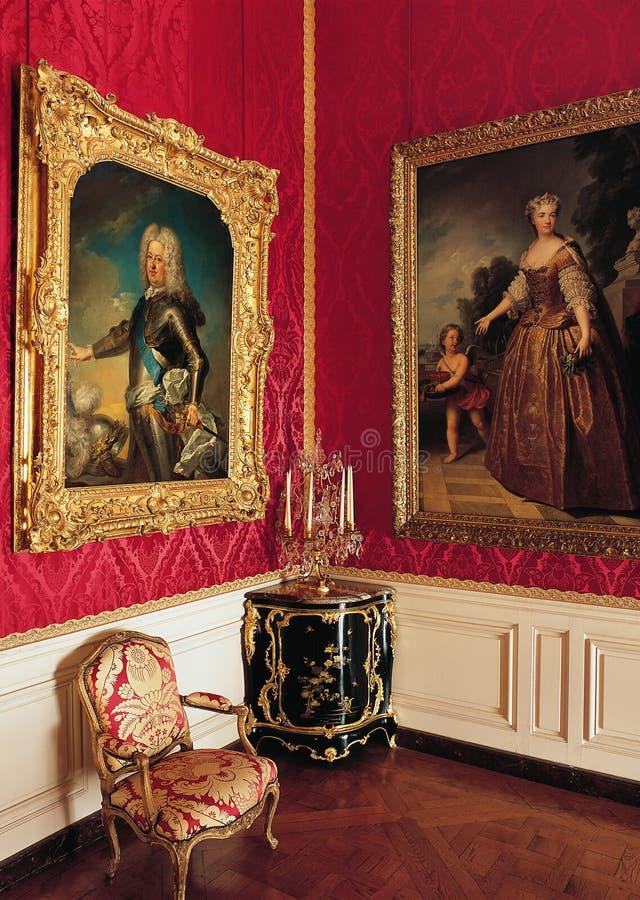 红色室、大绘画和扶手椅子在凡尔赛宫 库存照片