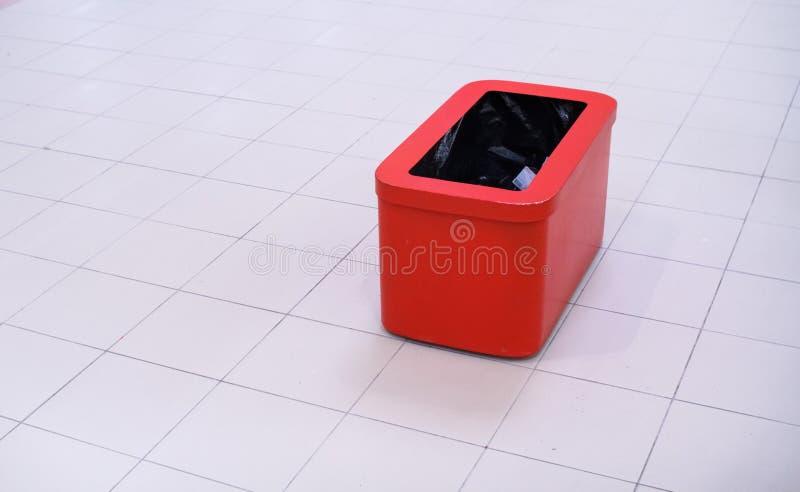 红色容器,在与道路的白色隔绝的垃圾桶 库存图片