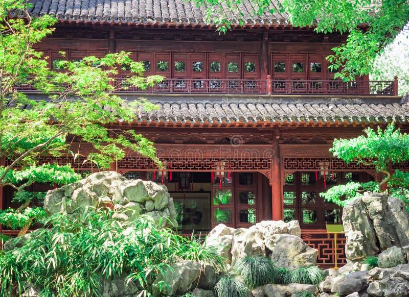 红色寺庙、繁体中文大厦和岩石在Yu庭院,上海,中国 免版税库存照片